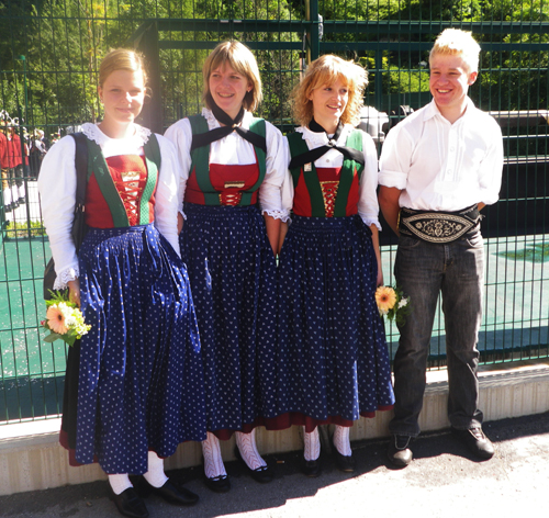 ados-en-tenue-traditionelle.jpg